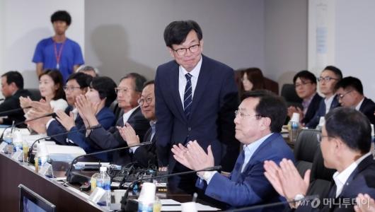 [사진]중소기업인들에게 인사하는 김상조 정책실장