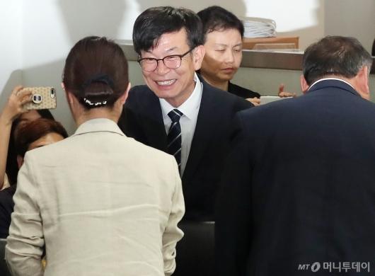 [사진]중소기업인들과 인사 나누는 김상조 정책실장