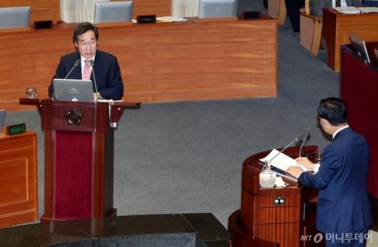 [사진]경제분야 대정부질문 답변하는 이낙연 총리