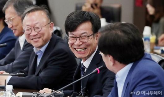 [사진]중소기업인들 만나 미소 짓는 김상조 정책실장