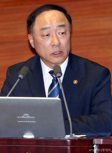 [사진]대정부질문 답변하는 홍남기 부총리