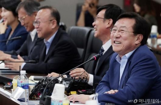 [사진]미소 짓는 김기문 중기중앙회장