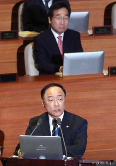 [사진]대정부질문 답변하는 홍남기