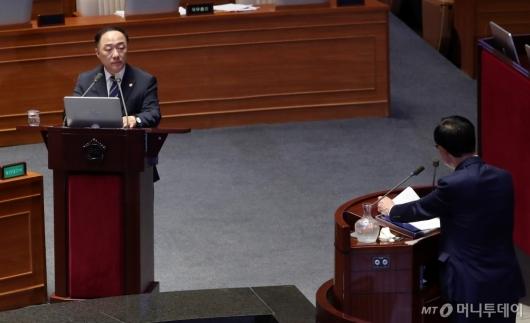 [사진]대정부질문 답하는 홍남기 부총리