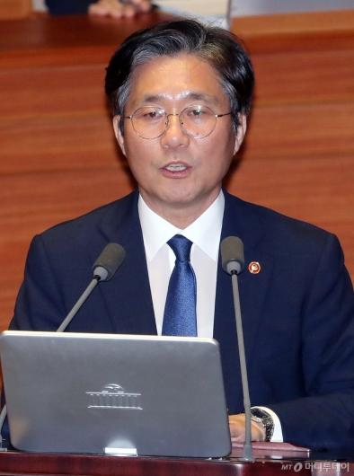 [사진]대정부질문 답변하는 성윤모 장관