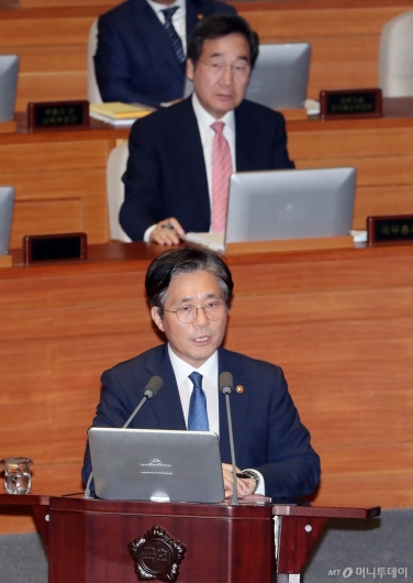 [사진]대정부질문 답변하는 성윤모