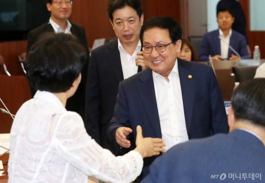 [사진]신기술·서비스 심의위원회 참석하는 유영민 장관