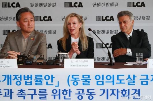 [사진]'동물 임의도살 금지법' 촉구하는 킴 베이싱어