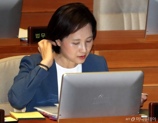 [사진]국회 대정부질문 준비하는 유은혜