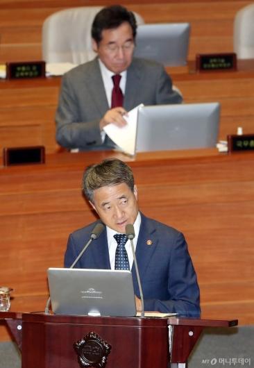 [사진]대정부질문 답하는 박능후 장관