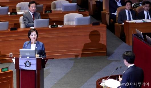 [사진]대정부질문 경청하는 유은혜