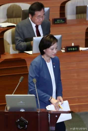 [사진]대정부질문 임하는 유은혜