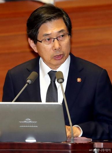 [사진]대정부질문 답변하는 박상기 장관