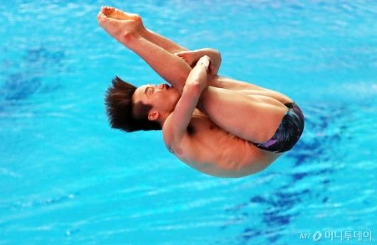 [사진]다이빙하는 우하람 선수