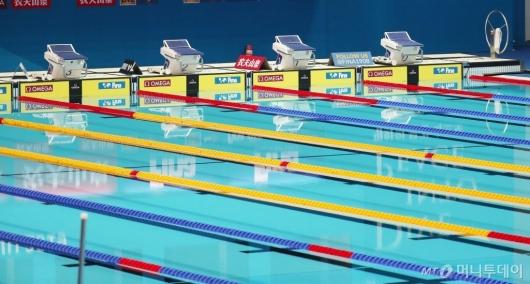 [사진]선수들을 기다리는 수영장 레인들