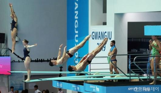 [사진]스프링보드 1m 예선 준비하는 선수들