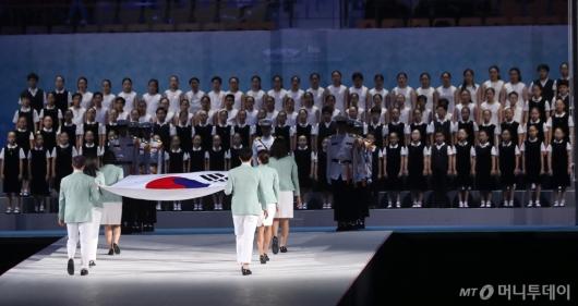 [사진]태극기 들어서는 세계수영선수권대회