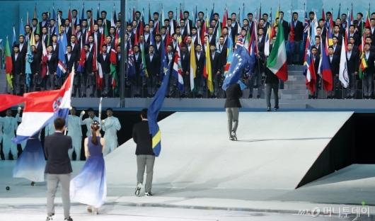 [사진]입장하는 참가국 기수단