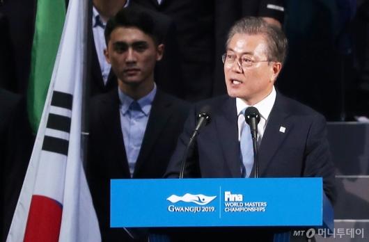 [사진]개회선언하는 문재인 대통령