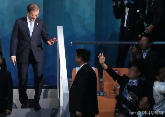 [사진]광주 시민들과 인사하는 문재인 대통령