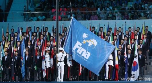 [사진]높이 오르는 FINA 대회기