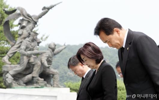 [사진]묵념하는 심상정 신임 대표