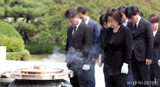 [사진]묵념하는 심상정 정의당 대표