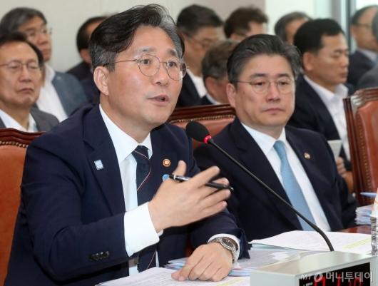 [사진]답변하는 성윤모 장관