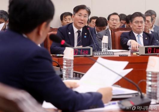 [사진]산자위 발언하는 성윤모 장관