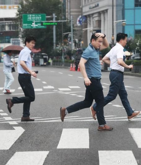 [사진]'소나기 피하는 시민들'
