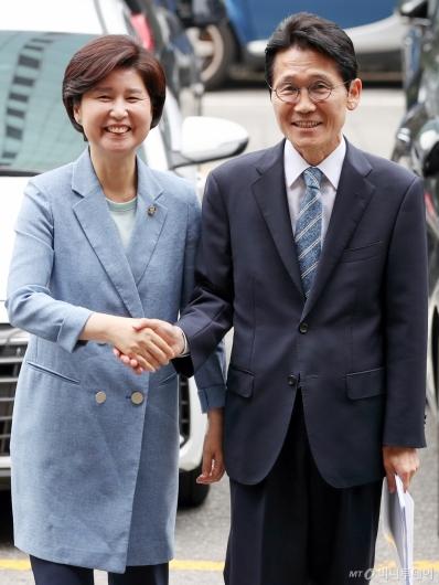 [사진]백혜련-윤소하, 미소 속 경찰 출석