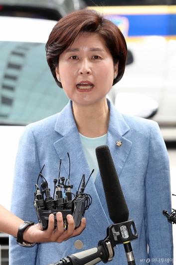 [사진]답변하는 백혜련 의원