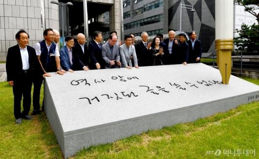 [사진]언론자유 '굽히지 않는 펜' 제막식