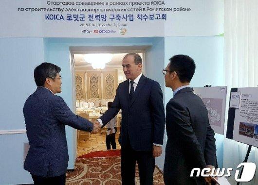[사진] 타지키스탄 에너지수자원부 장관과 환담 나누는 박재신 이사
