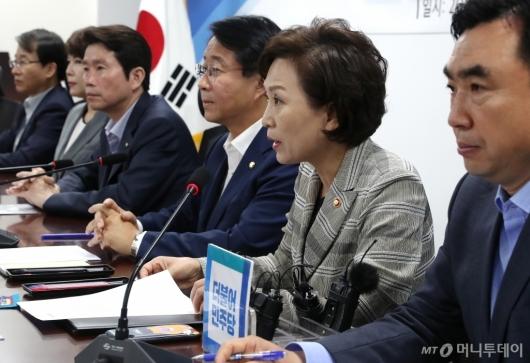 [사진]택시제도 개편방안 마련하는 김현미 장관