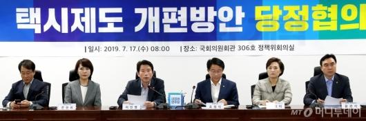 [사진]택시제도 개편방안 발언하는 이인영