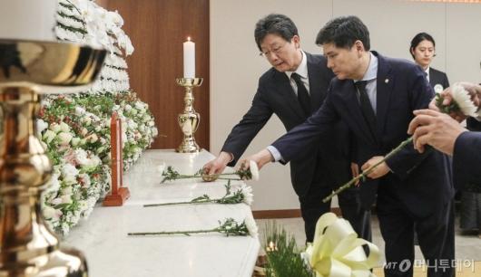 [사진]故정두언 전 의원 빈소 조문하는 유승민-지상욱 의원