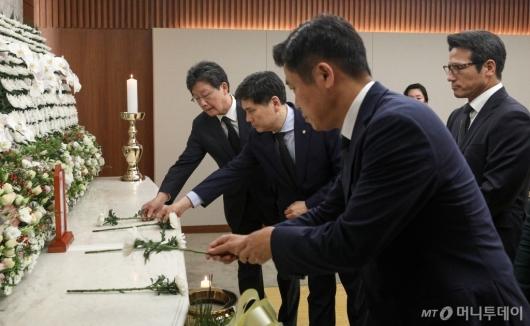[사진]조문하는 유승민-지상욱 의원