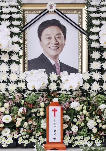 [사진]고 정두언 전 의원 빈소 '영정 속 환한 미소'