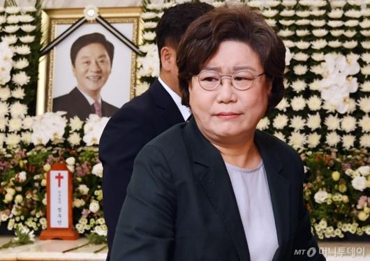 [사진]故 정두언 전 의원 조문하는 이혜훈