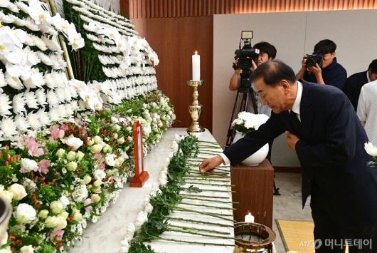 [사진]조문하는 이재오 전 의원