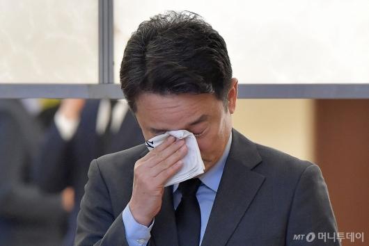 [사진]눈물 훔치는 남경필 전 경기지사