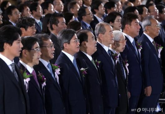 [사진]애국가 제창하는 문희상 국회의장