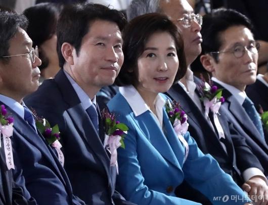 [사진]미소 짓는 이인영-나경원