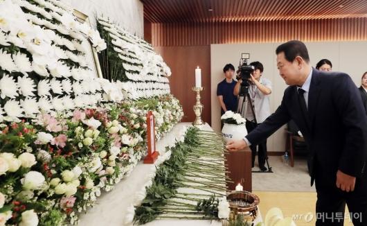 [사진]고 정두언 전 의원 조문하는 박주선