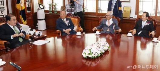 [사진]전직 국회의장들과 환담하는 문희상