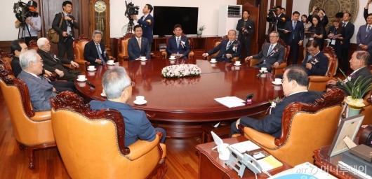 [사진]전직 국회의장들과 환담 나누는 문희상