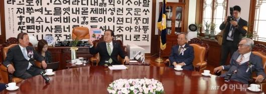 [사진]전직 국회의상과 환담 나누는 문희상