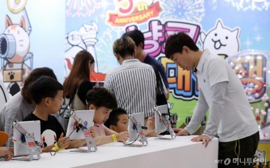[사진]게임 체험하는 아이들