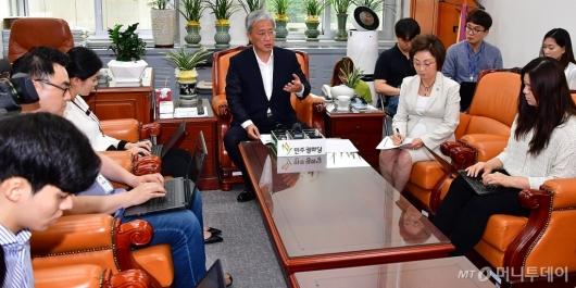 [사진]기자회견하는 유성엽 원내대표